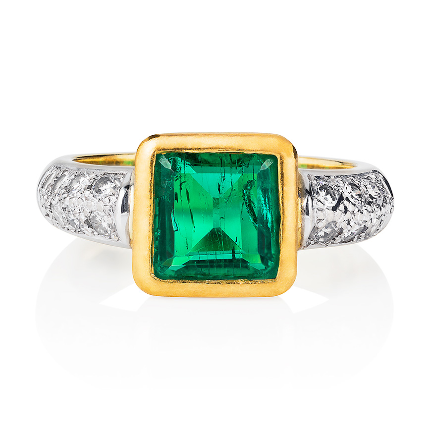 emerald_ring_with_diamond_shoulders